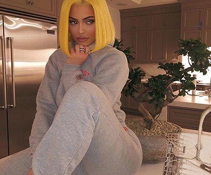 A distinta manicura de Kylie Jenner em cada mão