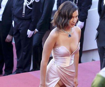 Bella Hadid e o outfit transparente que mostra demais