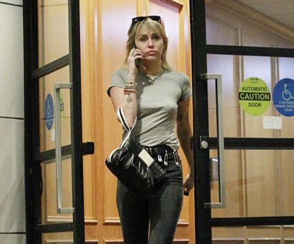 Paparazzis fotografam Miley Cyrus na rua e sem soutien