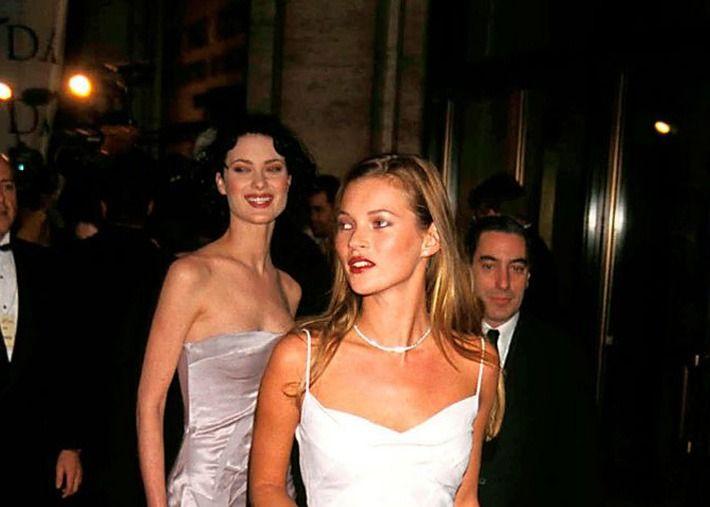 """Outfits na história da moda: os 3 """"must"""" de Kate Moss nos '90"""