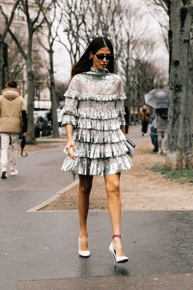 Como usar um vestido de lantejoulas e ser a convidada mais destacada