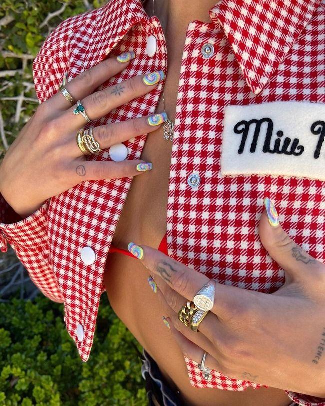 Dua Lipa é uma fiel seguidora das tendências de manicura tie dye