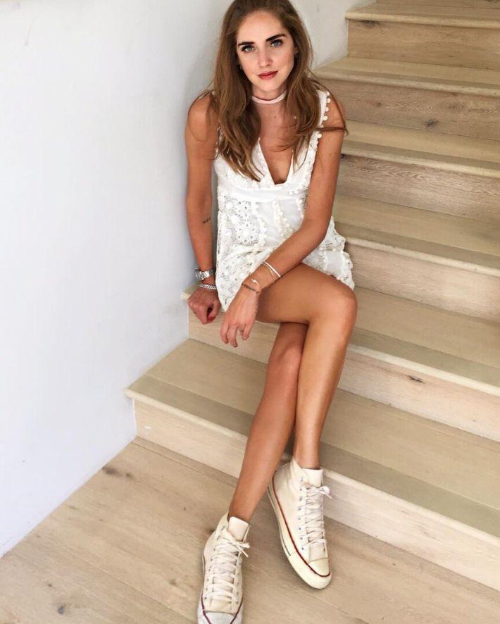 Cinco looks para te inspirares com as tuas converse e vestidos