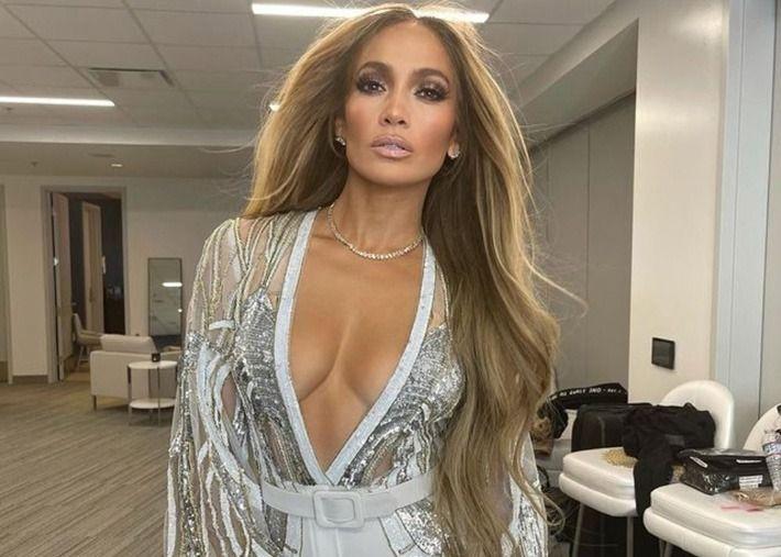 O novo loiro de Jennifer Lopez em tons mel e reflexos acobreados