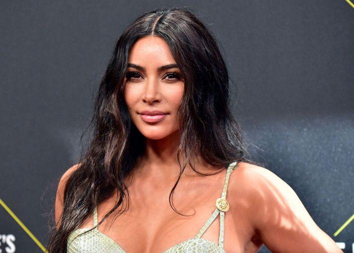 Kim Kardashian concilia fotos sensuais com carreira jurídica