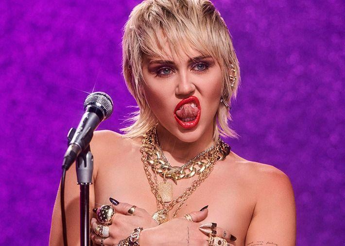 Miley Cyrus posa com soutien e cueca vermelho brilhante