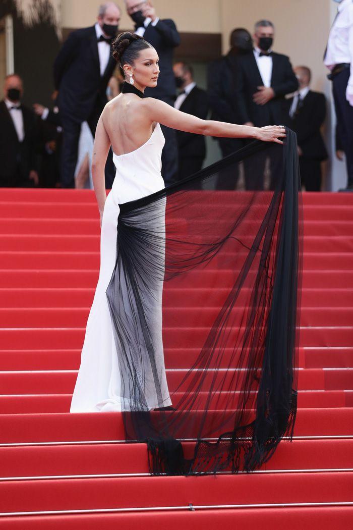 Bella Hadid está de volta a Cannes num vestido de cortar a respiração