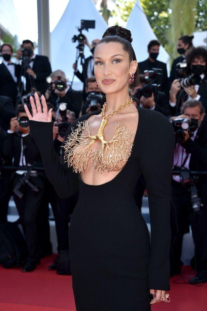 Bella Hadid suprema em Cannes num vestido de joias deslumbrante