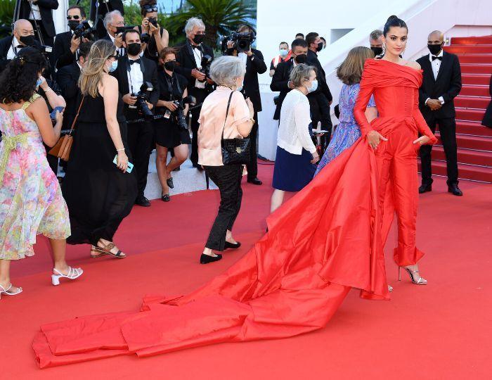 Na chuva de estrelas do red carpet de Cannes Sharon Stone deslumbrou