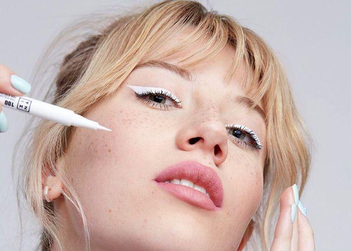 Eyeliner branco, a 'make' que triunfa no TikTok e destaca o moreno