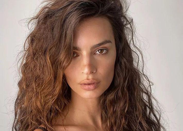 A cor de cabelo de verão de Emily Ratajkovski é perfeita para as morenas