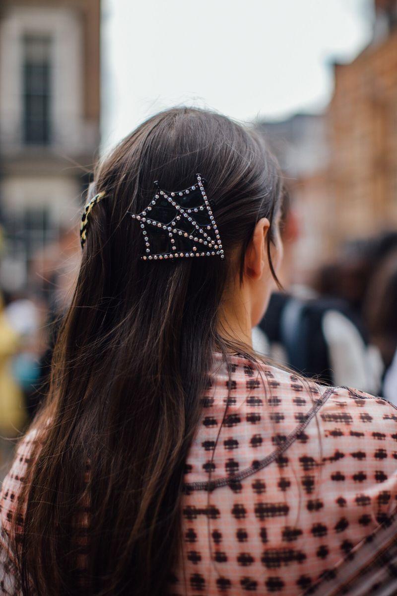 Acessórios para o cabelo que vão dominar o street style esta temporada