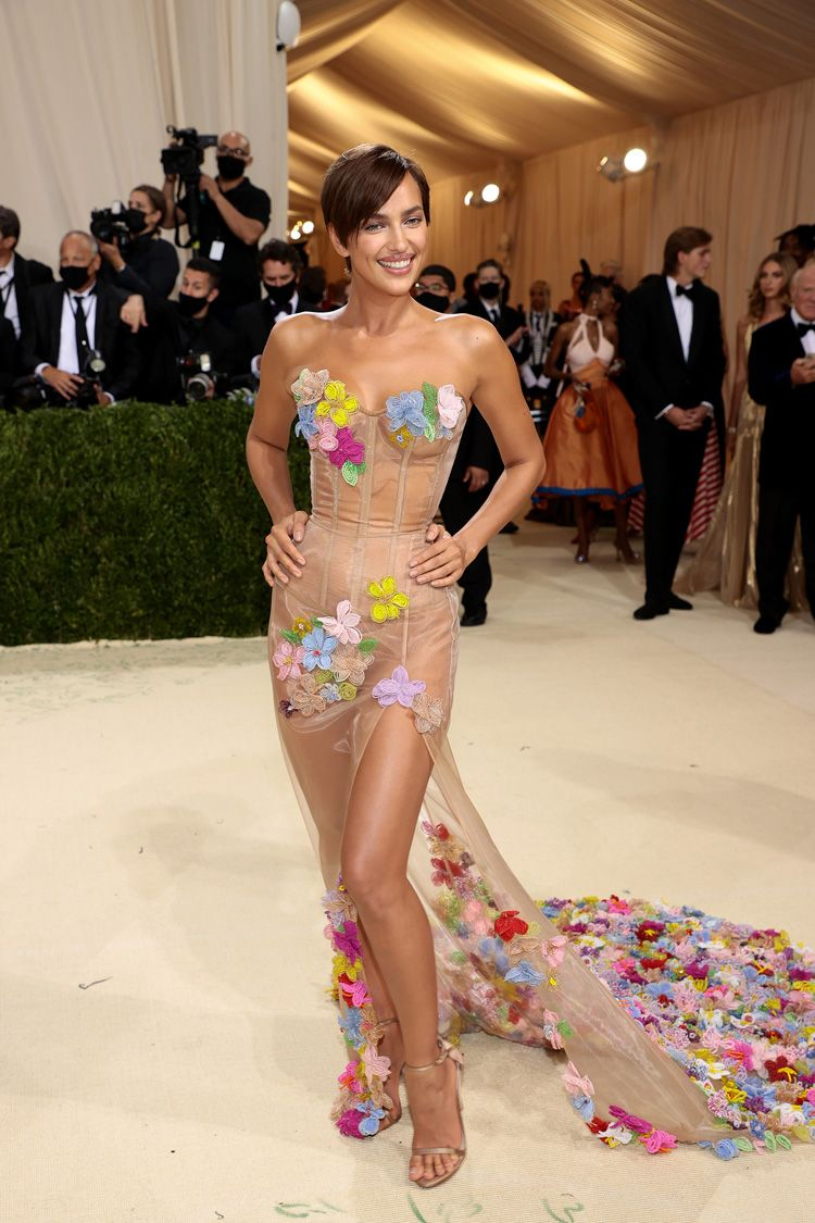 "Irina Shayk traz de volta o ""naked dress"" no Met Gala"
