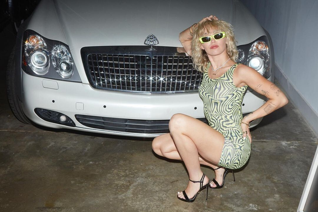Miley Cyrus abandona o mullet e fazer permanente encaracolada anos 80