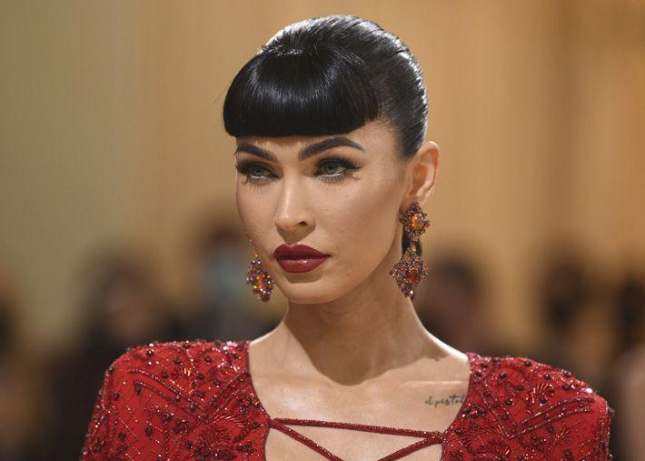 Megan Fox deslumbra com longa trança e franja espessa no MET Gala