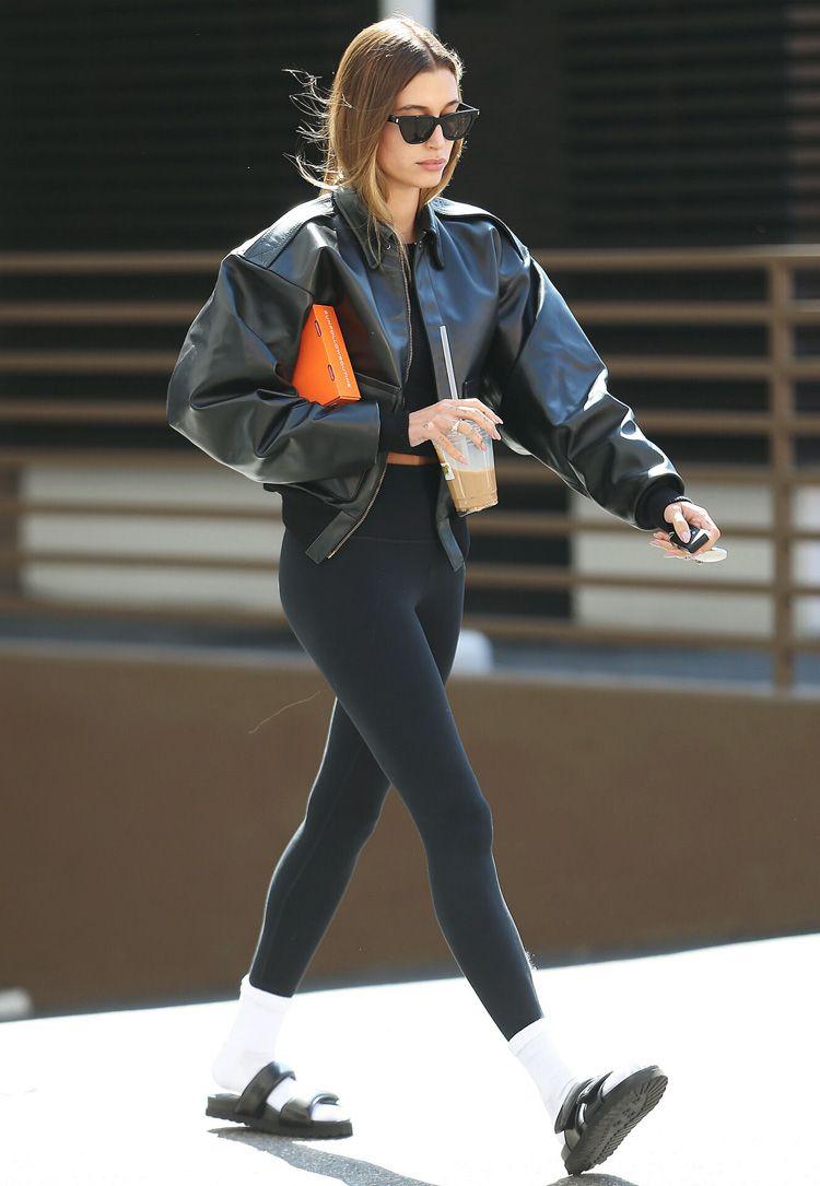 Hailey Bieber em sandálias e meias brancas: combinação arriscada?