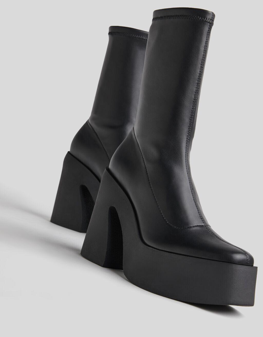 As botas plataforma Bershka que inundam as redes imitam as de Versace