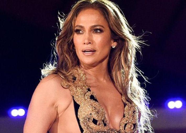 Jennifer Lopez também fica ótima com cabelo rosa, sem surpresas...