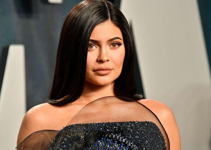 Kylie Jenner causa furor com roupa vermelha onde a barriga fica à mostra